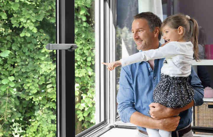 Padre e figlia affacciati alla finestra